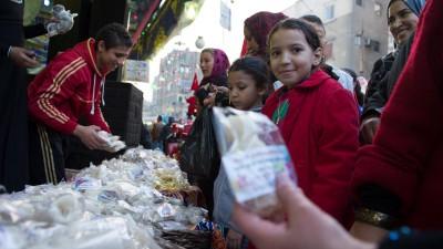 Süßigkeitenstand in Kairo, Ägypten, an dem Muslime für das Mawlid al-Nabi- Fest einkaufen  (imago images / Xinhua)