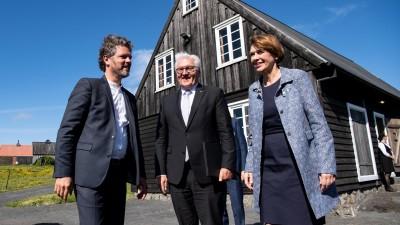 Island, Reykjavik: Bundespräsident Frank-Walter Steinmeier und seine Frau Elke Büdenbender besuchen das Freilichtmuseum Árbæjarsafn und werden dort vom Bürgermeister Reykjaviks, Dagur B. Eggertsson (l), begrüßt. (Bernd von Jutrczenka/dpa)