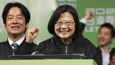 Tsai Ing-wensteht mit erhobener Faust und lächelnd an einem Rednerpult. (AP)