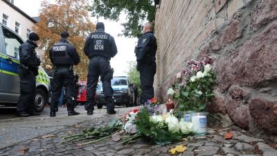 Nach Angriff in Halle (Saale) legen Menschen Blumen und Kerzen an der Tür der Synagoge nieder (Jan Woitas/dpa)
