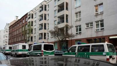 Polizeifahrzeuge stehen bei einem Einsatz gegen arabische Großfamilien am 12.04.2016 vor einem Gebäude in Berlin im Bezirk Neukölln (picture alliance / dpa / Gregor Fischer)