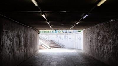 Eine Unterführung mit besprayten Wänden. (Unsplash / Sam Balye)