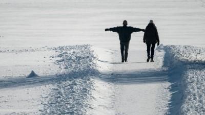 Spaziergänger gehen in der Nähe des Breitenstein im Schnee. (dpa/Marijan Murat)