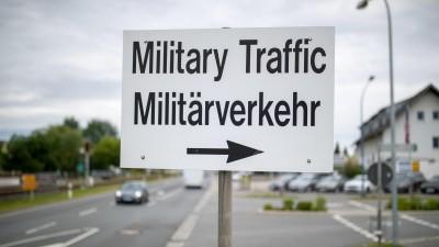 """""""Military Traffic - Militärverkehr"""" steht auf einem Schild neben einem Eingang zum Truppenübungsplatz der US-Army im Bayrischen Grafenwöhr. (Picture Alliance / dpa / Daniel Karmann)"""