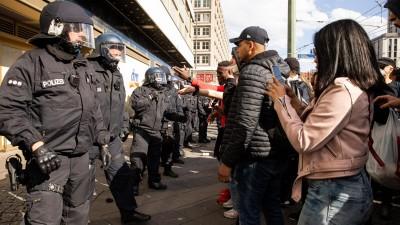 Polizisten und schwarze Demonstranten stehen sich in Berlin gegenüber. (picture alliance/Eventpress)