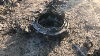 Ein metallenes Wrackteil liegt auf losem Untergrund (dpa/AP/Mohammad Nasiri)