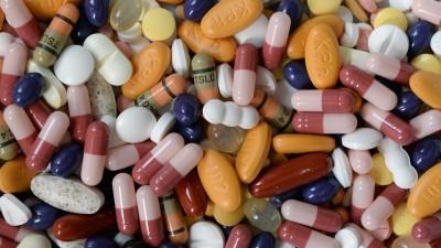 Ein Haufen bunter Tabletten und Pillen (picture alliance / dpa / Daniel Reinhardt)
