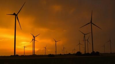 Sonnenuntergang hinter aufziehenden Gewitterwolken über der Landschaft mit Windenergieanlagen im Landkreis Oder-Spree in Ostbrandenburg (dpa-Zentralbild / Patrick Pleul)