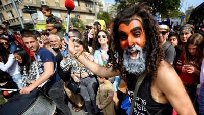 Bürger feiern im März 2018 in den Straßen von Tel Aviv das Purim-Fest (imago / Sergey Orlov)