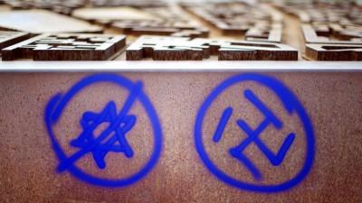 Ein Hakenkreuz und ein durchgestrichener Davidstern sind an einer Gedenkstätte zu sehen. (dpa-Bildfunk / Daniel Reinhardt)