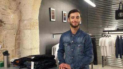 Anthony Dubos will seine Jeans in kleinen Stückzahlen, lokal und nachhaltig produzieren, um anzuknüpfen an die lange Tradition von Nîmes. Hier steht er zwischen Jeans im Verkaufsbereich. (Ramona Westhof)