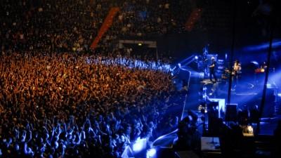 Die Ärzte während eines Live-Auftritts in Münchenvor gefüllten Publikumsreihen. (imago images / Plusphoto)