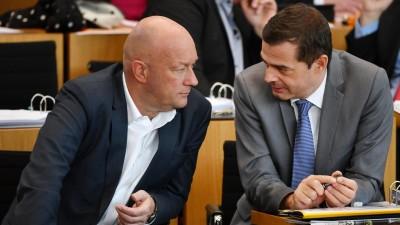 Das Foto zeigt Thomas Kemmerich (FDP) und den CDU-Fraktionsvorsitzenden Mike Mohring im Erfurter Landtag. (picture alliance / Martin Schutt / dpa-Zentralbild / dpa)