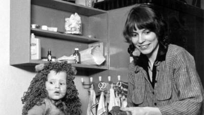 """Ulrike Poppe mit ihrem Sohn Jonas im einzigen autonomen Kinderladen der DDR in Ostberlin im Herbst 1981. Frau Poppe ist im Dezember 1981 während der Aktion """"Frauen für den Frieden"""" festgenommen worden, der Kinderladen wurde am 16. Dezember 1981 vom Staatssicherheitsdienst der DDR geräumt und zugemauert. (picture-alliance / dpa)"""