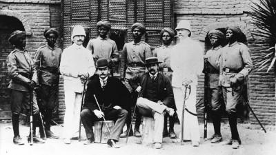 Die Wissmanntruppe 1889 in Ostafrika, links sitzend Hermann Wissmann, deutscher Afrikaforscher und Reichskommissar für Deutsch-Ostafrika. (Getty Images / Ullstein Bild)