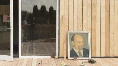 Ein Ulbricht-Porträt aus DDR-Zeiten lehnt an dem Neubau eines Cafés, aufgenomen im August 2015. (picture alliance / Robert B. Fishman)
