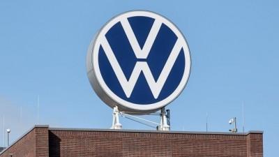 VW-Logo steht auf dem Verwaltungshochhaus vom Volkswagen Werk (picture alliance/Sina Schuldt/dpa)