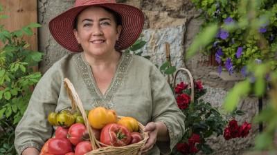 Irina Zacharias mit einem Korb voller Tomaten, über 1000 Tomatensorten zieht Zacharias auf. (Igor Schifris)