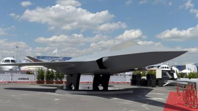 Modell des Future Combat Air System (FCAS)  (ERIC PIERMONT / AFP)