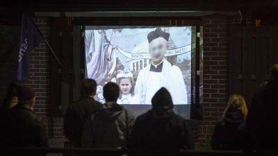 """Polnische """"Frühlings""""-Aktivisten zeigen den Film """"Sag es niemandem"""" auf der Fassade des Hauses von Erzbischof Slawoj Leszek Glodz in Danzig (imago images / Eastnews)"""