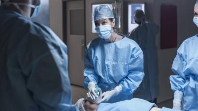 Ein Operationsteam im Krankenhaus. Eine Frau auf der Liege bekommt ein Beatmungsgerät aufgesetzt. (imago/Westend61)
