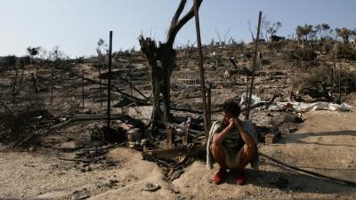 Ein Flüchtling sitzt vor den Überresten des abgebrannten Flüchtlingslagers Moria, auf der griechischen Insel Lesbos. (Getty Images / NurPhoto / Grigoris Siamidis)
