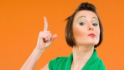 Junge Frau mit erhobenem Zeigefinger (imago / Begsteiger)