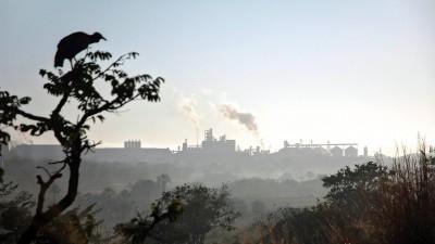 Geier vor der Silhouette des Sojaproduzenten Cargill in Uberlandia in der brasilianischen Provinz Minas Gerais (imago / imagebroker)
