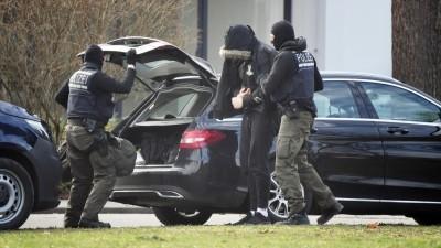 Eine Person wird von Polizisten in den Bundesgerichtshof gebracht. (dpa)