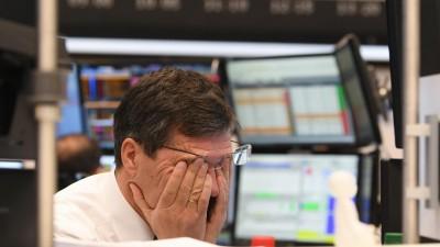 Coronavirus - Dax bricht ein: Ein Aktienhändler reibt sich auf dem Parkett der Frankfurter Wertpapierbörse die Augen. Die Börsen weltweit reagieren mit großen Verlusten auf den Absturz des Ölpreises und die Sorgen um die wirtschaftlichen Folgen der Coronavirus-Epidemie (dpa/Arne Dedert)