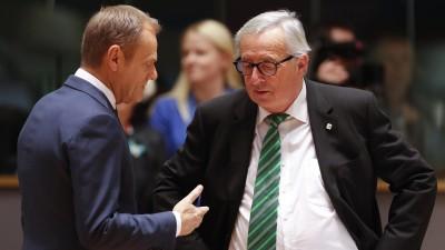 Donald Tusk (l) und Jean-Claude Juncker unterhaltenm sich. Tusk gestikuliert dabei mit der rechten Hand. (dpa-bildfunk / AP / Alastair Grant)