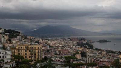 Blick auf Neapel mit dem Vesuv im Hintergrund im Regen. (imago / Paolo Manzo)