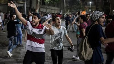 Demonstranten rufen Slogans während eines seltenen Protestes gegen die Regierung in der Innenstadt von Kairo. Die Demonstranten forderten am späten Freitagabend den Sturz des ägyptischen Präsidenten al-Sisi. Oppositionsmedien berichteten von Demonstrationen auf dem zentralen Tahrir-Platz in Kairo, Alexandria, Suez und Mansura. In Kairo seien mehrere Demonstranten von der Polizei verhaftet worden, berichtete die unabhängige Webseite Mada Masr. (Oliver Weiken/dpa)