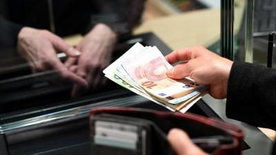 Ein Mann hält Geldscheine in den Händen (picture alliance / Angelika Warmuth)