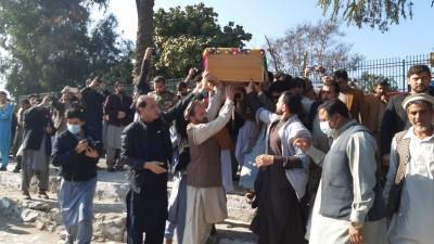 Zwischen einer Gruppe von Männern tragen einige Männer einen Sarg auf ihren Schultern. (picture alliance / AA / Wali Sabawoon)