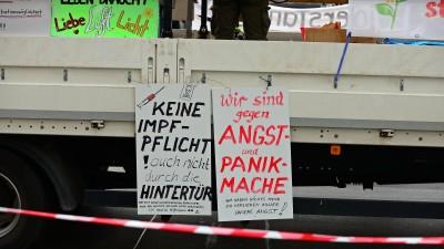 """""""Querdenken""""-Demonstration in Frankfurt. Hier Schilder am Fahrzeug der Querdenken-Kundgebung. (dpa / Daniel Kubirski)"""