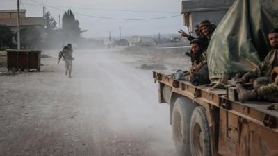 Syrien, Tell Abiad: Soldaten der türkisch unterstützten syrischen Nationalarmee gestikulieren nach Zusammenstößen mit Kurdischen Kämpfern. In ihrem erbitterten Kampf gegen türkischen Truppen erhalten die Kurdenmilizen in Nordsyrien Unterstützung der Regierung von Präsident Baschar al-Assad. ( Anas Alkharboutli/dpa)
