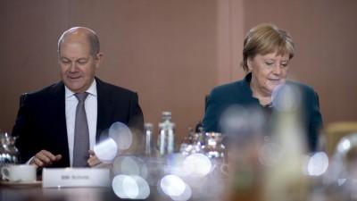 Olaf Scholz, Bundesfinanzminister und Vizekanzler SPD, und Angela Merkel, Bundeskanzlerin CDU,v.l.n.r., vor der Kabinettssitzung im Berliner Kanzleramt in Berlin. (imago images / IPON)