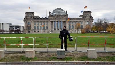 Bundestag mit Absperrungen und Polizisten am 18.11.2020 (picture alliance / CTK / Ales Zapotocky)