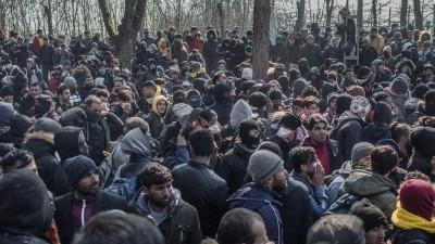 Zahlreiche Migranten warten nach ihrer Ankunft am bereits geschlossenen türkisch-griechischen Grenzübergang bei Pazarkule. (dpa-Bildfunk / Ahmed Deeb)