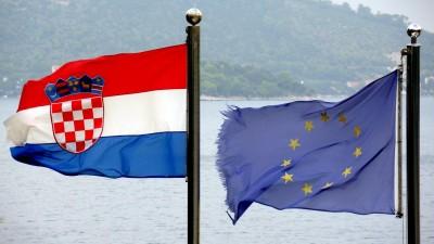 Die Flaggen der Europäischen Union (r.) und von Kroatien (l.) flattern im Wind (dpa/Rolf Haid)