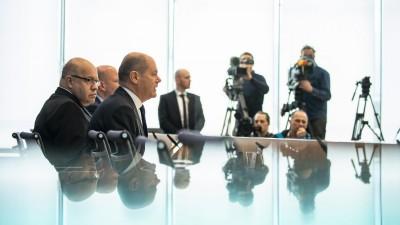 Bundesfinanzminister Olaf Scholz (SPD) und Wirtschaftsminister Peter Altmeier (CDU) sprechen auf einer Pressekonferenz über Wirtschaftshilfen gegen die Coronakrise  (dpa/ picture alliance/ NurPhoto)