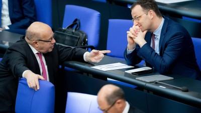 Peter Altmaier (l, CDU), Bundesminister für Wirtschaft und Energie, und Jens Spahn (r, CDU), Bundesminister für Gesundheit, unterhalten sich während der 154. Sitzung des Bundestages hinter Olaf Scholz (SPD), Bundesminister der Finanzen. (dpa/ Kay Nietfeld)
