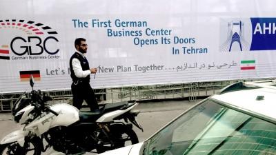 """Ein Mann geht am 02.11.2017 in Teheranim Iran an einem Banner mit der Aufschrift """"First German Business Center Opens its Doors in Tehran"""" vorbei. (dpa / Farshid Motahari)"""
