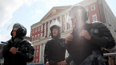 Polizisten vor dem Moskauer Rathaus (Sergei Bobylev/TASS / picture alliance)