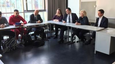 Justizministerin Christine Lambrecht, Gideon Joffe, der Vorsitzende der Jüdischen Gemeinde zu Berlin und Schulleiter Aaron Eckstaedt hören Schülern zu (Deutschlandradio / Sebastian Engelbrecht)