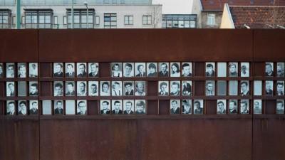 Gedenkstätte Berliner Mauer an der Bernauer Straße mit Fotos von Maueropfern (dpa/Wolfram Steinberg)