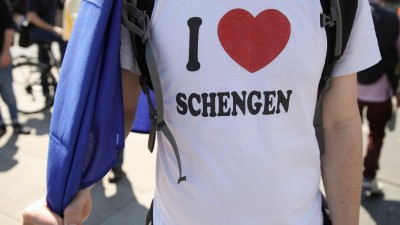 "A man wears a shirt reading ""I Love Schengen"" during the pro-Europe demonstration ""One Europe for all- your voice against nationalism"" a week before European elections in Berlin, on May 19, 2019. Omer Messinger / AFP (OMER MESSINGER / AFP)"