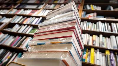 Ein Stapel neuer Bücher liegt auf einem Verkaufstisch in einer Buchhandlung  (picture alliance/dpa | Frank Rumpenhorst)