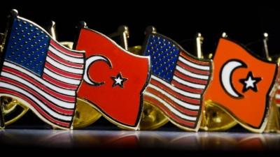 Pins mit den Nationalflaggen von USA und der Tuerkei stehen auf einem Tisch. (imago / Thomas Trutschel)